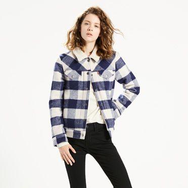 """""""Wir haben der legendären Trucker Jacket ein warmes Sherpa-Futter verpasst. Unsere Boyfriend Trucker Jacket ist eine lässigere Version der zeitlosen Jeansjacke. In leichter Übergröße mit großzügiger Passform und längerem Schnitt."""