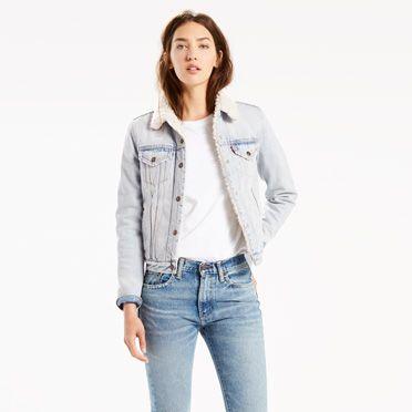 """""""Die unverzichtbare Jacke. Die Authentic Trucker hat eine auf Frauen zugeschnittene Silhouette mit anliegender Passform und kürzerem Schnitt. Mit besonders warmem Sherpa-Futter an Körper, Ärmelöffnungen und Kragen."""""""